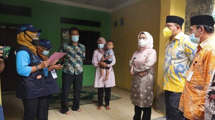Bupati Serang Ratu Tatu didampingi Ketua DPRD Bahrul Ulum saat mendatangi Launching Pendataan Keluarga Tahun 2021 di Kecamatan Gunung Sari, Kamis (1/4/2021).