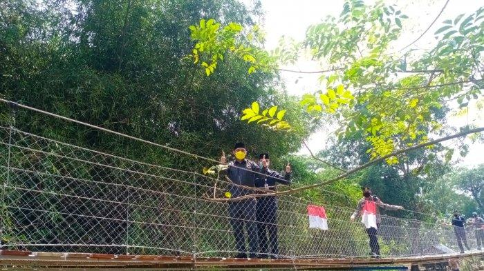 Ketua DPRD Kabupaten Serang Bahrul Ulum berfoto di Jembatan Gantung Baluwarti Siliwangi 6, Rabu (11/8/2021).