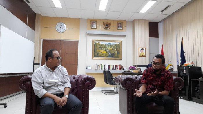 Ketua DPRD Kota Tangerang Selatan Abdul Rasyid berbincang bersama GM Content Tribunnews.com Yulis Sulistiawan di ruang kerja ketua DPRD Tangsel, belum lama ini.
