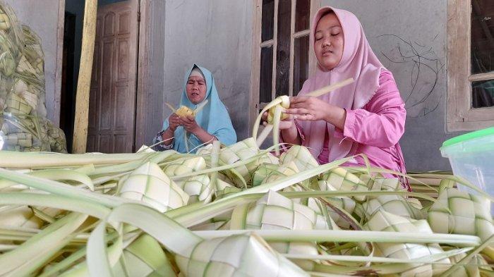 Ide Bisnis Jelang Lebaran: Produksi Cangkang Ketupat, Pengusaha Asal Serang Untung Jutaan Rupiah