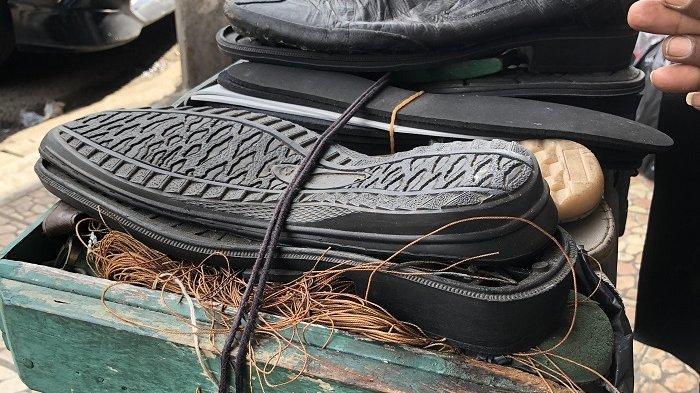 Lapak jasa sol sepatu Abah Amir di Kota Serang, kakek 76 tahun yang sudah 40 tahun buka jasa sol sepatu dengan bayaran seikhlasnya