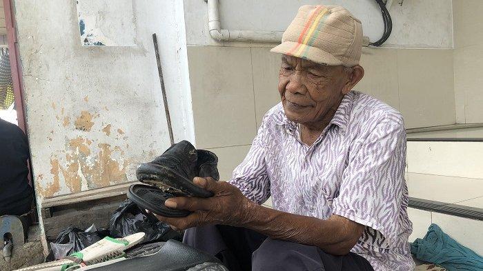 Kisah kakek Abah Amir, 40 tahun buka jasa sol sepatu dengan bayaran seikhlasnya