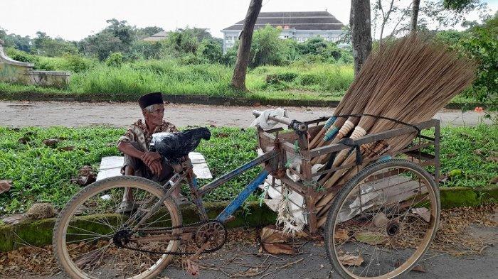 Kisah Rasidi, Lansia Sebatang Kara yang Bertahan Hidup Lewat Jualan Sapu Lidi di Kota Serang