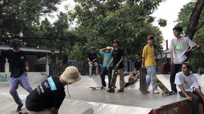 Komunitas United One Skateboard bermain papan luncur di Skatepark Loop Arena, Stadion Maulana Yusuf, Kota Serang, Jumat (2/4/2021).