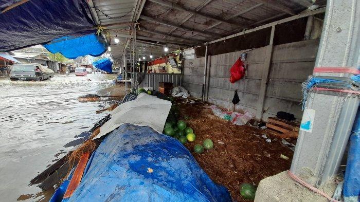 Pasar Induk Rau Terendam Banjir Akibat Hujan Lebat, Pedagang Semangka Rugi hingga Rp 5 Juta