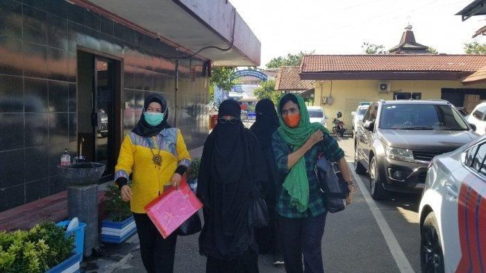 P (42) korban paksa pelepasan cadar oleh seorang pria di Kota Tangerang membuat laporan ke Polres Metro Tangerang, Jumat (13/11/2020).