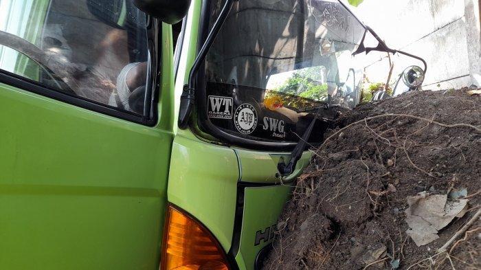 Truk bermuatan 36 ton barang menabrak truk bermuatan 22 ton biji kelapa sawit di Tol Serang Barat KM 76, Kota Serang, Rabu (8/9/2021).
