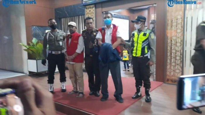 Penyidik Kejaksaan Tinggi (Kejati) Banten melakukan penetapan dan penahanan terhadap dua orang tersangka berinisial JK dan FS pada Senin (27/9/2021).