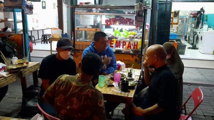 Eks pegawai KPK Juliandi Tigor Simanjuntak saat melayani pesanan nasi goreng di usaha barunya di Jalan Raya Hankam, Kota Bekasi, Senin (11/10/2021)