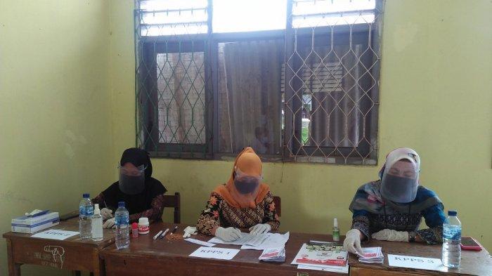 Didampingi Saksi, Petugas KPPS TPS 05 Mendatangi 3 Warga Disabilitas untuk Menggunakan Hak Pilihnya