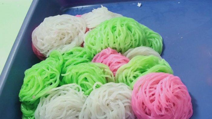 Kue Putu Mayang, Warnanya Menggoda, Takjil Khas Berbuka Puasa di Pasar Lama, Begini Buatnya