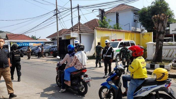 Polisi Tutup Akses Jalan ke Kelurahan Serang Jelang Kedatangan Panglima TNI-Kapolri ke Posko PPKM