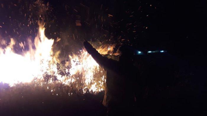 Lahan di Curug Kota Serang Terbakar Sabtu Malam, Asapnya Mengganggu Warga Perumahan di Cipocok