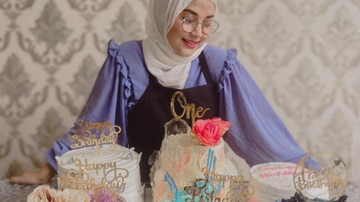 Lala Fatmala, owner Laf Your Cake menampilkan sejumlah produk kue ulang tahun dengan konsep dan tema anyar, di antaranya