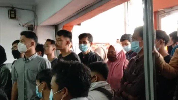Warga Kabupaten Serang Berdesakan di Kantor Pos Demi Bisa Kirim Lamaran Kerja