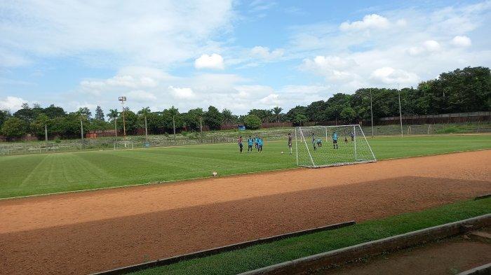 Para pemain sepak bola muda di Kota Cilegon di dalam Stadion Krakatau Steel (KS) di Kecamatan Cilegon, Kota Cilegon, Rabu (7/4/2021). Mereka berasal dari berbagai sekolah sepak bola (SSB) di Cilegon mengikuti seleksi pemain Rans Cilegon FC.