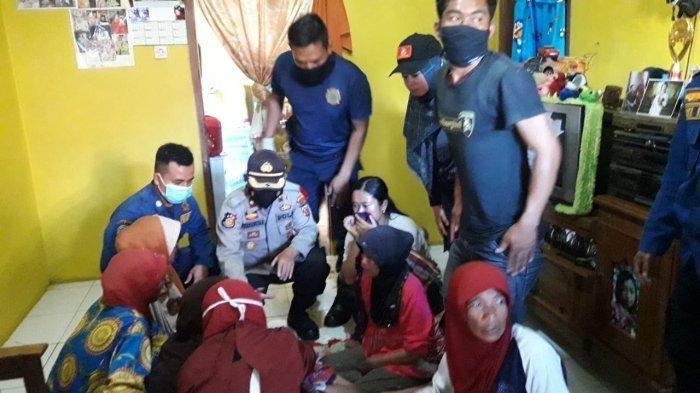 Petugas berhasil mengevakuasi korban keracunan septic tank di Kecamatan Garut Kota, Kabupaten Garut. Tiga orang tewas dalam peristiwa ini.