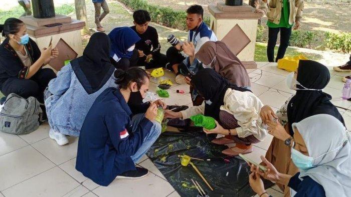 16 relawan Komite Persiapan Rehabilitasi Kota Serang menggelar workshop pembuatan pot karakter dari botol plastik di alun-alun Barat Kota Serang, Minggu (6/6/2021)