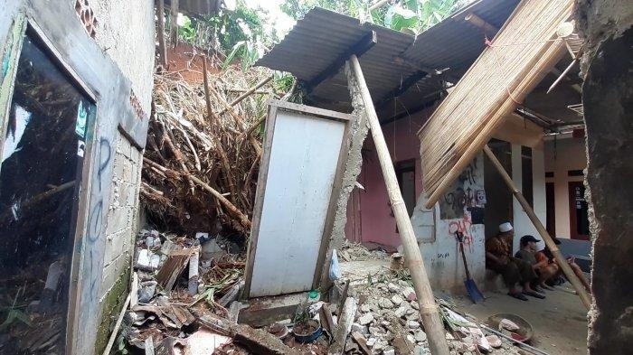 Pasca Longsor di Tangerang Selatan: Dua Rumah Rusak Berat Tertimpa Bongkahan Pohon