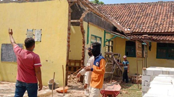ruang di kelas Pesantren Baiturrahman di Kota Cilegon roboh pada Kamis (16/9/2021)