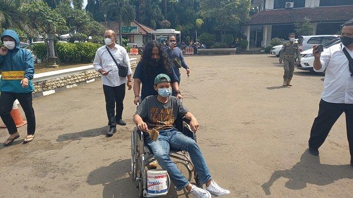 Bawa Kursi Roda dan Cat, Mahasiswa Tagih Janji Kampanye Helldy-Sanuji ke Kantor Walkot Cilegon