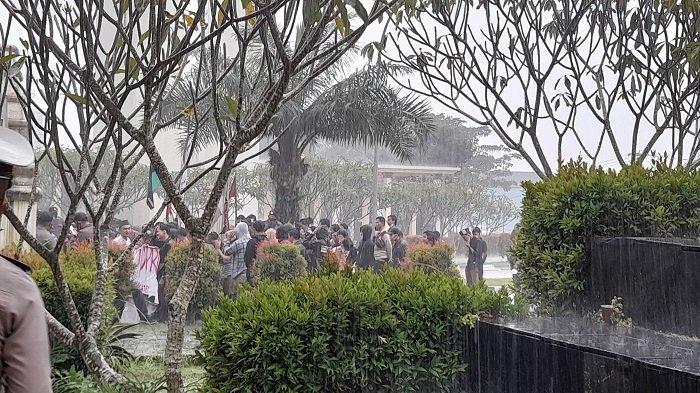 Sejumlah mahasiswa yang tergabung dalam Koalisi Banten Mengguggat (Kasibat) berunjuk rasa di gerbang pintu masuk Kawasan Pusat Pemerintahan Provinsi Banten (KP3B), Kota Serang, Kamis (3/6/2021). Unjuk rasa dilakukan terkait tiga kasus korupsi yang menjadi perhatian publik.