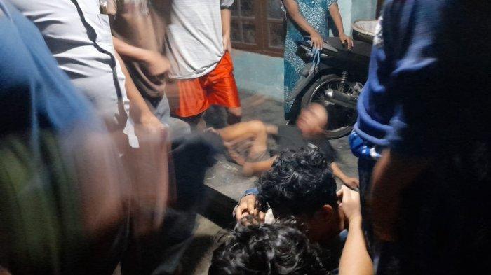 Heboh! Aksi 2 Pria Diduga Maling Kepergok Pemilik Rumah di Serang, Jadi Sasaran Amuk Warga