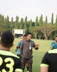 Manajer Perserang Babay Karnawi memberikan arahan kepada para pemain Perserang di sela latihan di Stadion Heroik Taman Kopassus, Taktakan, Kota Serang, pada Rabu (2/6/2021).