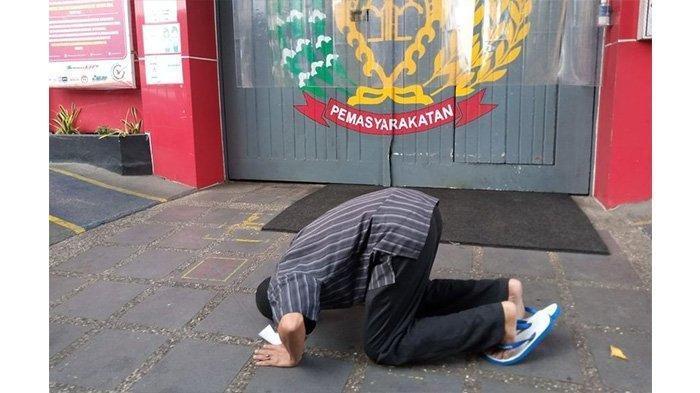 Sopir Angkot Sujud Syukur di Depan Lapas Saat HUT Ke-76 RI: Saya Menyesal Gak Mau Lagi
