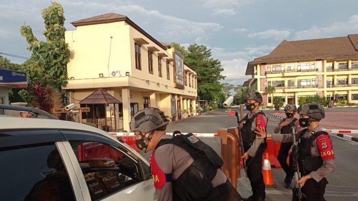 Polda Banten memperketat penjagaan di markasnya, pascapenembakan di Mabes Polri, Rabu (31/3/2021).