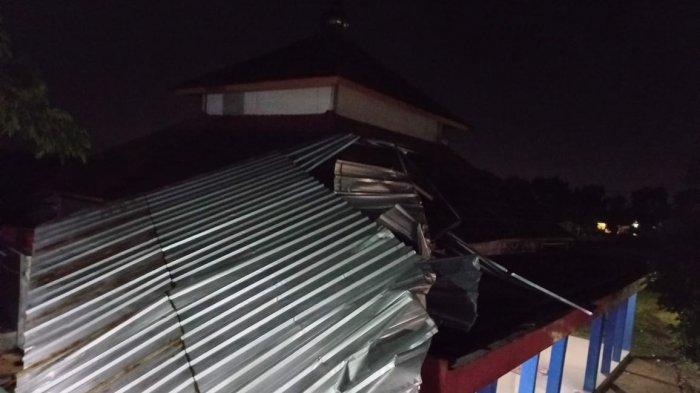 Masjid dan asrama putri dan putra di Pondok Pesantren Nurul Huda runtuh, pada Rabu (1/9/2021).