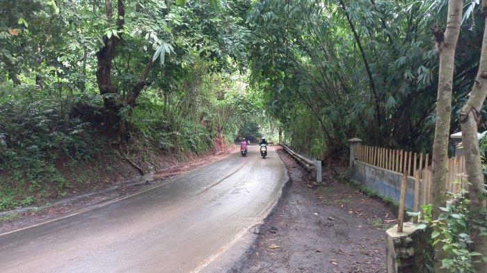 Longsor Sempat Menutup Sebagian Jalan ke TPSA Cilowong, Sudah Dibersihkan Warga dan Personel BPBD
