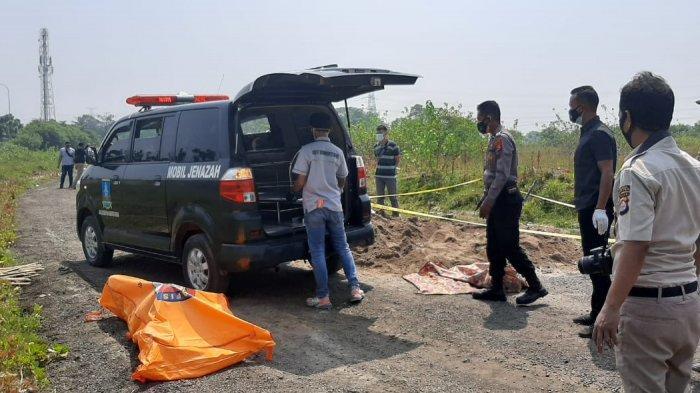 Mayat perempuan terbungkus karpet ditemukan di Kampung Maja Nagih, Desa Julang, Kecamatan Cikande, Kabupaten Serang, Selasa (27/7/2021).