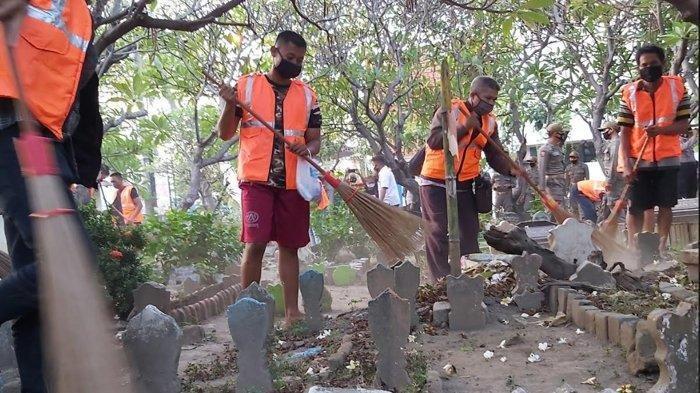 Ilustrasi sejumlah warga yang melanggar protokol kesehatan Covid-19, seperti tak menggunakan masker, dihukum membersihkan makam.