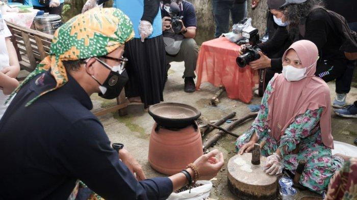 Kenakan Ikat Kepala Khas Banten, Sandiaga Uno Jalan Kaki Berkeliling Desa Wisata Cikolelet