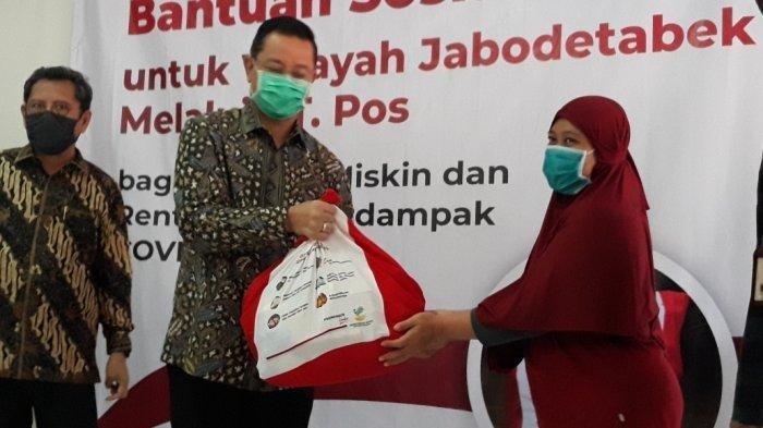 Menteri Sosial Juliari Batubara saat meninjau penyerahan paket bantuan sosial di Kantor Pos Jatirawamangun, Pulogadung, Jakarta Timur, Jumat (24/4/2020).