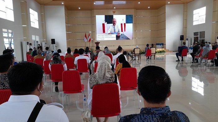 Menteri Ketenagakerjaan Ida Fauziyah memberikan sambutan dalam kerja sama dengan pemerintah Austria di Gedung Serbaguna Balai Besar Pengembangan Latihan Kerja (BBPLK) di Jalan Raya Pandeglang KM 3, Cipocok Jaya, Kota Serang, Banten, Selasa (28/6/2021).