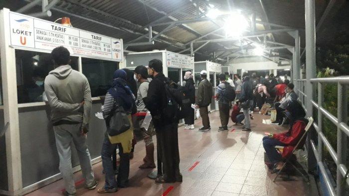 Suasana penumpang di Pelabuhan Merak, Banten membludak Rabu (5/5/2021) dini hari ini