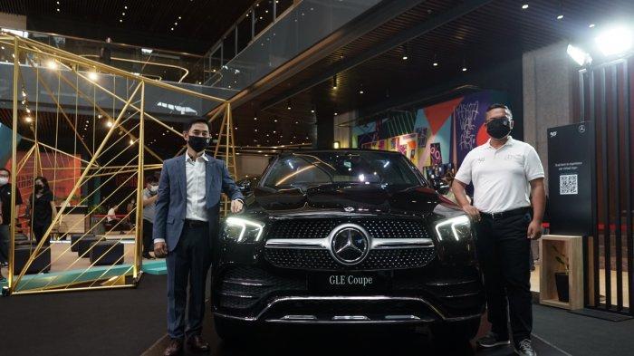 Choi Duk Jun selaku President Director PT Mercedes-Benz Distribution Indonesia dan Hari Arifianto, Deputy Director Marketing Communications & PR PT Mercedes-Benz Distribution Indonesia saat peluncuran New Mercedes-Benz GLE 450 4MATIC Coupé.