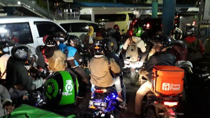Kondisi penumpang di Pelabuhan Merak, Banten membludak Rabu (5/5/2021) dini hari ini