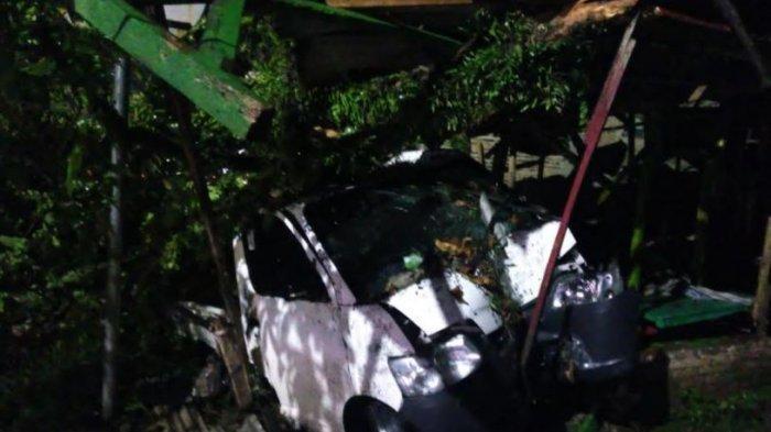 Gagal Menyalip, Mobil GrandMax Tabrak Warung Pecel Lele di Pabuaran Serang