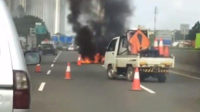 Mobil Terbakar di Tol Jakarta-Merak, Asap Hitam Mengepul Tinggi