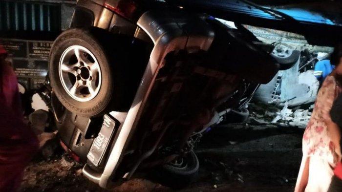 Tabrak Vespa Hingga Ringsek, Mobil Plat D Terguling di Jalan Serang-Cilegon