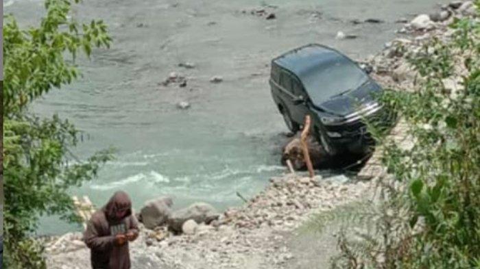 Sebuah Mobil Terjebak di Bebatuan Sungai Muhara Lebak, Alami Mati Mesin Usai Lewati Jembatan Rusak