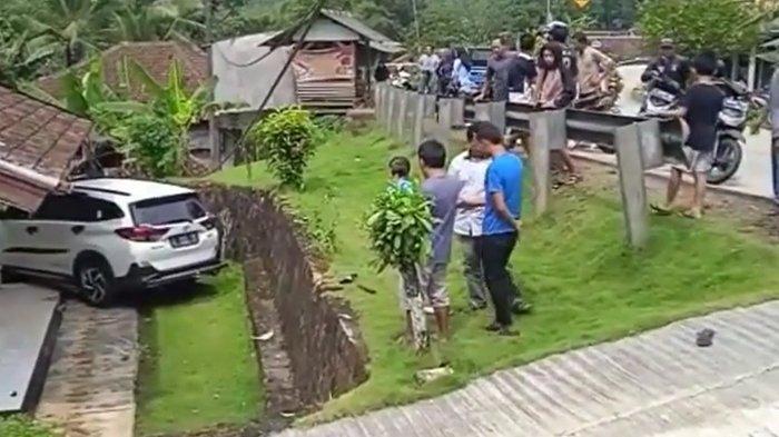 Mobil SUV Seruduk Rumah Warga di Lebak, Seorang Bocah Dikabarkan Tewas