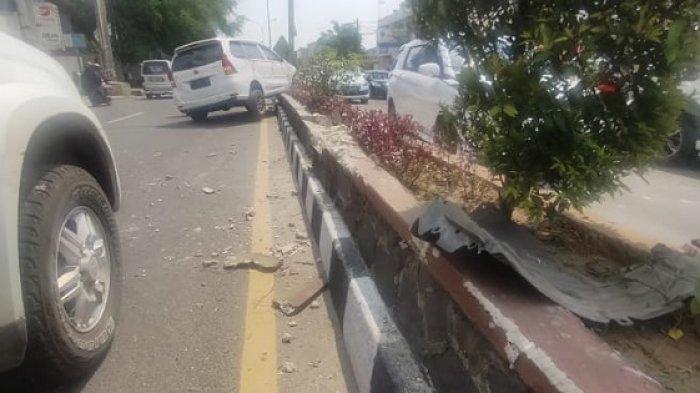 Mobil Xenia bernopol A 1014 AK menghantam pembatas jalan di Jalan Ahmad Yani Kelurahan Jombang Wetan, Kecamatan Jombang, Kota Cilegon, tepatnya di depan Hotel Amaris Cilegon, Sabtu (8/5/2021).