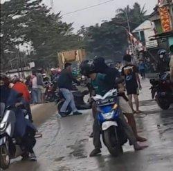 Pengendara Motor terjatuh akibat tanah yang berceceran di Jalan Raya Serang, Desa Ciagel, Kecamatan Kibin, Kabupaten Serang, Jumat (20/8/2021).