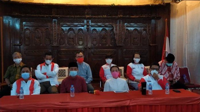 Calon Wali Kota dan Wakil Wali Kota Tangerang Selatan nomor urut 1 Muhamad dan Rahayu Saraswati memberikan pernyataan sikap atas hasil quick count di Kampoeng Anggrek, Serpong, Tangsel, Kamis (10/12/2020).