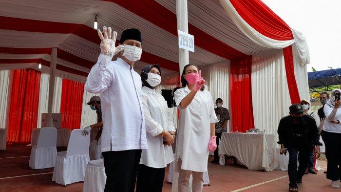 Muhamad beserta keluarga besar dengan didampingi Rahayu Saraswati Djojohadikusumo, menuntaskan hak pilihnya di TPS 29, Jalan Bakti, RT/02/ 07, Ciputat, Tangsel, Rabu (9/12/2020).