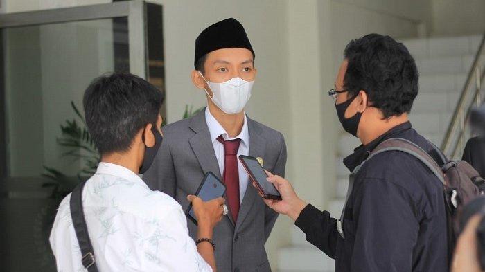Anggota Fraksi Partai Gerindra, Muhammad Agil Zulfikar, resmi dilantik sebagai Ketua DPRD Kabupaten Lebak 2021-2024, di Gedung DPRD Kabupaten Lebak, pada Senin (26/4/2021). Muhammad Agil Zulfikar tercatat sebagai Ketua DPRD termuda se-Indonesia.